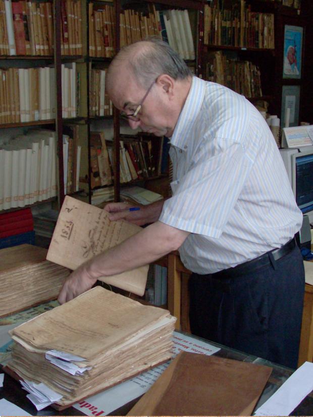 El P. Jesús Bermejo investigant l'any 2010