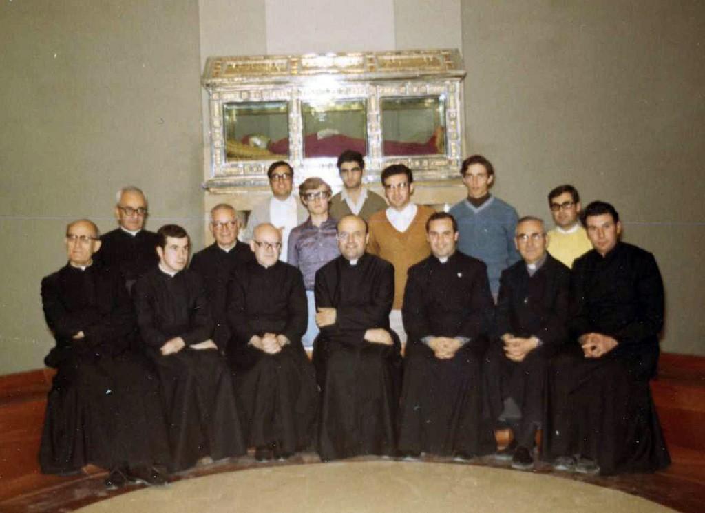 Comunidad del Noviciado en Vic, delante del sepulcro del P. Fundador, 1971. El P. José Mª Viñas al centro de la fila de misioneros sentados.