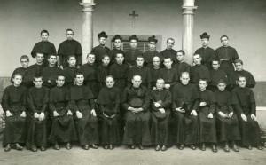 Grupo de novicios que debían haber profesado en agosto de 1936. El último a la derecha, en la fila de los sentados, es el novicio José Mª Viñas.