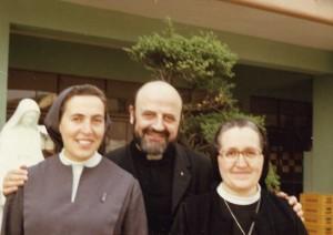 El P. José Mª Viñas, en 1995, con sus dos hermanas religiosas, Marciana (Vedruna) y Josepa (Claretiana).